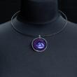 Anhänger lila mit hellblauem Spot, schwarzer Reifen