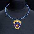 Anhänger t-Art gold/blitzblau/bronze mit blauem Silikon-Schlauch